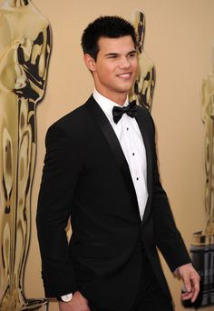 He looks so good in a tux Jacob Black Twilight, Twilight Saga, Actors Male, Actors & Actresses, Taylor Jacobs, Hot Country Boys, Robert Pattinson Twilight, Kellan Lutz, Elizabeth Gillies