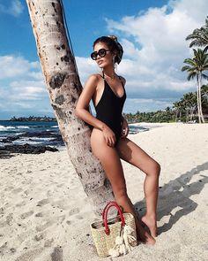 """Mi piace"": 1,719, commenti: 31 - by JILL WALLACE (@littleblackboots) su Instagram: ""Beach don't kill my vibe- #mahalo ✌@bollare #bollarexfshualalai"""
