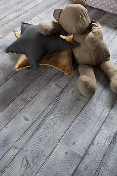 Grijze pvc vloer met mooie groef. Bestel tot 6 gratis vloerstalen op onze website! #houtlook #groef #voegstrip