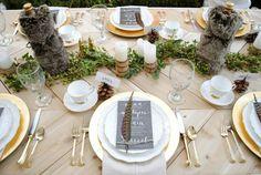 Moderne Herbst Tischdeko - mit Kunstfell, Tannenzapfen und Federn am Tisch