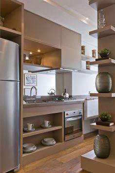 É incrível o que uma marcenaria bem pensada e criativa pode transformar seu lar. Dentro de uma cozinha então, nem se fala! Os armários são a alma da cozinha, pois ditam o tom e o estilo deste ambie…