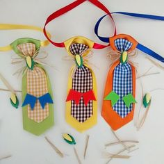 Enfeites Simples e Baratos para São João Christmas Gift Bags, Christmas Ornaments, Button Front Dress, Diy Stuffed Animals, Pet Shop, Party Favors, Diy And Crafts, Birthday Parties, Baby Shower