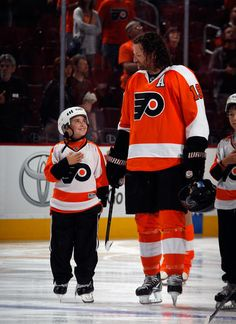 A youth hockey player lines up with Scott Hartnell of the Philadelphia Flyers - Just look at the lil boys face ! He is in HEaven Flyers Hockey, Hockey Goalie, Hockey Players, Ice Hockey, Scott Hartnell, Boston Bruins Goalies, Youth Hockey, Hockey Season, Boy Face