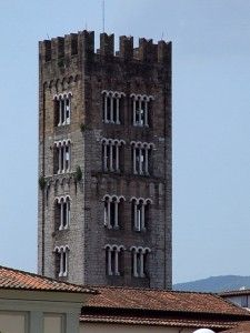 Luques (nommée localement Lucca) est une citée fortifiée entre Florence et Pise. L'extérieur est composé d'une double enceinte très militaire, alors que l'intérieur, montre la délicatesse Italienne. Cette tour romane a une poésie unique !