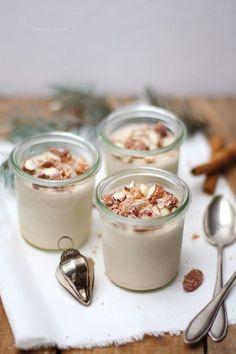 Ein leicht umsetzbares und gut vorzubereitendes Rezept für ein Weihnachtsdessert – Einfaches und schnelles Parfait mit gebrannten Mandeln.