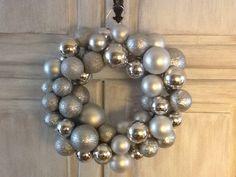 Kerstballenkrans! www.facebook.com/doetinchemmadeliefjes