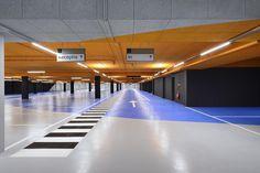 Facelift parkeergarage door een nieuw #LED verlichtingsplan en duidelijke #bewegwijzering. Park Signage, Wayfinding Signage, Signage Design, Parking Signs, Parking Lot, Car Parking, Car Park Design, Ramp Design, Utrecht