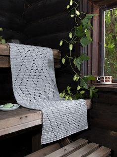 Veera-pellavalanka on virkkaajien suosikki! Helppotekoinen Himmeli-laudeliina virkataan pylväillä ruutupiirroksen mukaan. Kuviota toistamalla voit tehdä laudeliinasta haluamasi mittaisen. Veera-pellavalangasta löytyy 16 eri väriä! Lataa ohje ja tilaa materiaalit! :) Diy Crochet Rug, Crochet Placemats, Crochet Rug Patterns, Crochet Table Runner, Crochet Home, Filet Crochet, Crochet Square Blanket, Crochet Squares, Handicraft