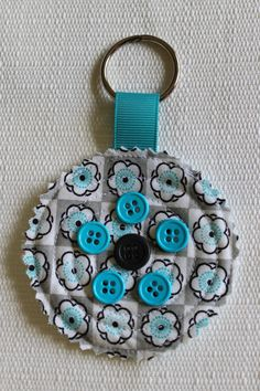 Round Quilted Fabric Key Chain in blue Button Art, Button Crafts, Quilt Stitching, Quilting, Sewing Crafts, Sewing Projects, Handmade Bookmarks, Quilted Gifts, Diy Keychain