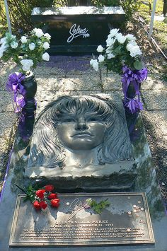 Selena Quintanilla-Perez: Died of murder (gunshot) at She is buried in the Seaside Memorial Park Cemetery, Corpus Christi, TX Selena Quintanilla Perez, Selena Grave, Buffy, Famous Tombstones, Cemetery Headstones, Corpus Christi Texas, Famous Graves, Cemetery Art, Cemetery Monuments