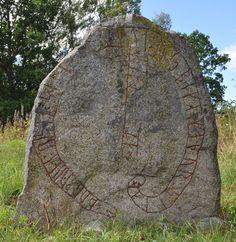 La pierre runique Sö 202 a été dressée par un fils à la mémoire de son père dans le champ funéraire d'Östa hage (Selaön), peut-être à l'emplacement d'un thing. Pour en savoir plus : http://www.fafnir.fr/soe-202.html.