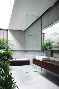 Jardim no Banheiro - Banheiro - Box de Vidro - Banheiro Aberto - Bancada de Madeira - Decoração Minimalista / Minimalismo