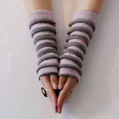 """""""Crocus"""": wrist warmers with tucks. Free pattern in English and Norwegian."""