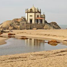 Capela do Senhor da Pedra - Praia de Miramar, Portugal. (Source: Portugal, Cidadania Portuguesa via Joana Gerber - Obrigado tia!)