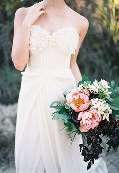 シンプルなドレスとブーケのコントラストが印象的 [by Feather and Stone]
