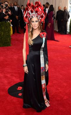 2015 Met Gala: Sarah Jessica Parker is wearing a black one shoulder H&M gown with a Chinese inspired design and head piece. SJP always nails it on the Met Gala red carpet. She always dresses for to the theme! I adore this H&M gown!