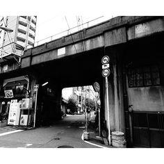 Instagram【karasu7052】さんの写真をピンしています。 《大阪・北区 山崎町にて。  SONY cyber-shot DSC-HX90V  #大阪#osaka#大阪市#osakacity#北区#kitaku#山崎町#yamazakicho#街の風景#歩道橋の上から#夜景#モノクロ写真#モノクローム#monochrome#SONYcybershothx90v#SONYcybershot#コンデジ#コンデジでもここまで撮れます#コンデジでもデジ一眼には負けません#コンデジだけでも腕でカバーします#ファインダー越しの私の世界#カメラ好きな人と繋がりたい》