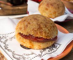 O melhor pão de queijo da cidade? Provavelmente! Puro, recheado (aqui, com goiabada), também é produzido na versão alho na Quem Quer Pão