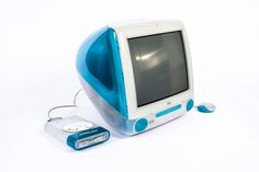 iMac G3 (USA, 1998). O primeiro da série iMac era um computador all in one. Prescindia da unidade de disco flexível (leitor de disquete), do Apple Destop Bus e incluía portas USB. Até à data, era o único que estava disponível em várias cores. Foi um modelo que relançou a Apple e tinha, como particularidade, uma pega para o seu transporte na parte superior.  http://pt.wikipedia.org/wiki/IMac_G3