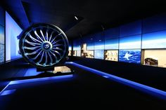 The French-American engine manufacturer made a strong impression at the Farnborough aeronautics fair with its chalet as close to the slopes as possible. A refined place with an attractive design that has its own showroom. An immersive piece revealing with poetry a show all in images, sounds and lights, where are the flagship products of the brand with an intelligent interface system featuring the key contents and information.