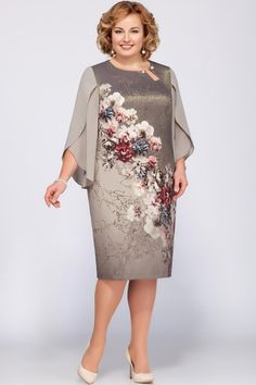 Нарядное платье средней длины полуприлегающего силуэта. Выполнено из ткани с богатым цветочным принтом с люрексовой нитью, придающей легкий блеск. С левой стороны у горловины - слезка, декорирована булавкой с жемчужными бусинами. По спинке застежка молния, снизу разрез. Расширенные рукава состоят из двух деталей, выполненных из полупрозрачного шифона. Длина нижней детали рукава 61 см. Длина платья по спинке 105 см.