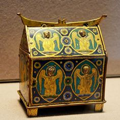 Box with angels, intended to contain small bottles of holy oils. Champlevé enamel over gilt copper, early 13th century, Limoges (Limousin, France). » I love the cross-hatched legs on these kind of reliquaries...