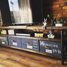 収納ボックスを黒板塗料でアレンジ。黒板のシックなカラーは、無機質な家電との相性もいいので、お部屋をかっこよくまとめたい時にもおすすめです。