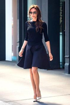 Victoria Beckham: Punk Chaos to Couture Met Exhibit Viewer!: Photo Victoria Beckham keeps it classy chic doing some shopping on Friday (May in New York City's meat packing district. Fashion Beauty, Girl Fashion, Womens Fashion, Female Fashion, Victoria Beckham Style, Winter Fashion Outfits, Look Chic, Skirt Outfits, Fashion Brands