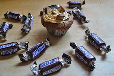 Atemlos: NACHGEBACKEN - #Snickers #Cupcakes auf http://www.atemlosblog.de/2013/03/48-snickers-cupcakes.html