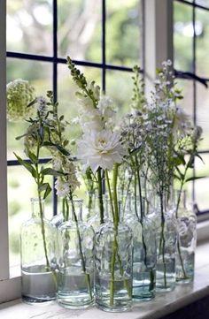 fensterbank dekoration blumen glasvasen