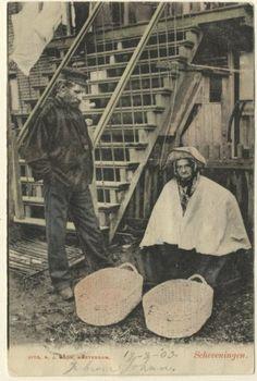 Scheveningse man en vrouw bij een buitentrap. Op de voorgrond twee manden. ca 1902 NJ Boon, Amsterdam #ZuidHolland #Scheveningen