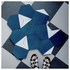 Au revoir carrelage granité, bonjour jolie mosaic . . Carrelage @mosaic_del_sur et sandales @sezane #gniii #mieuxvauttardquejamais #maintenantfautleposer #mosaic #carreauxdeciment