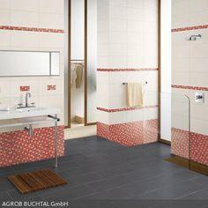 Das In Einem Dunklen Weiß Geflieste Bad Erhält Durch Die Bordüre Aus Roten  Mosaikfliesen Einen Verspielten