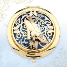 Abre nuestro espejo de Cenicienta y ¡comprueba si todo está listo para el baile! Tiene un elaborado diseño que incorpora el icónico zapato de cristal, con piedras de fantasía incrustadas, y está formado por dos prácticos espejos.