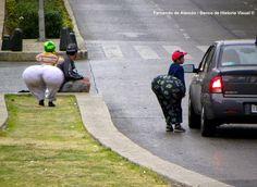 Payasitos. / Street clowns.