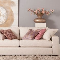 Met Bank Ten kun je alle kanten op. Combineer deze leverkleurige 2,5-zits met poedertinten en roze voor een romantische look // Goossens @ Villa Arena