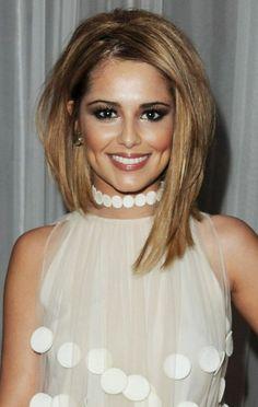 coupe de cheveux asymétrique, carré mi long, jolie femme, chemise blanche plissée et collier blanc