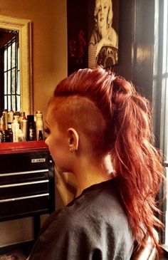 wavy ponytail with side shaved Long Hair Mohawk, Undercut Long Hair, Undercut Pixie, Shaved Side Hairstyles, Undercut Hairstyles, Wavy Ponytail, Undercut Ponytail, Half Shaved Hair, Long Hair Shaved Sides