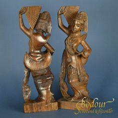 Set van twee prachtig handgesneden beelden van danseressen. Ze dansen met een waaier in de hand en een ketting in de andere. De danseressen zijn gespiegeld aan elkaar. Ze zijn gedetailleerd en toch gestileerd vormgegeven. Het hout heeft een mooie glans met oranje vleug. Buddha, Lion Sculpture, Statue, Products, Sculptures, Gadget, Sculpture