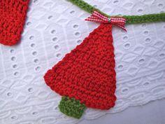 Crochet Christmas tree bunting red green handmade by GerdaBags - idea Beginner Knitting Patterns, Diy Crochet And Knitting, Crochet Crafts, Crochet Projects, Crochet Patterns, Crochet Bunting, Crochet Garland, Crochet Ornaments, Christmas Bunting
