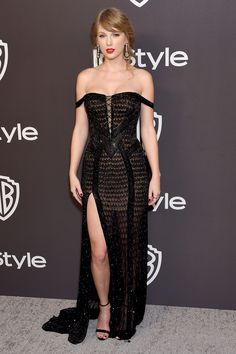 Taylor Swift made a surprise appearance at the InStyle and Warner Bros. 2019 Golden Globes party in an Atelier Versace gown and shoes, Lorraine Schwartz jewels, and Ofira jewelry. Taylor Swift Moda, Estilo Taylor Swift, Taylor Swift Outfits, Taylor Swift Style, Taylor Alison Swift, Taylor Swift Fashion, Taylor Taylor, Taylor Swift Vestidos, Red Carpet Fashion