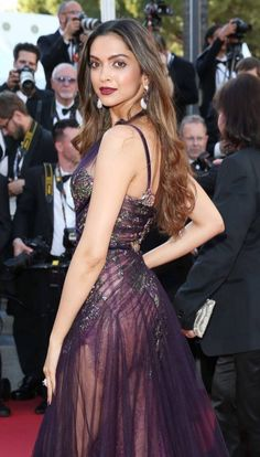 Here she is destroying a very expensive camera lens with her looks. Just 13 Photos Of Deepika Padukone Starting A Smokestorm At The 2017 Cannes Film Festival Indian Bollywood Actress, Bollywood Actress Hot Photos, Indian Actress Hot Pics, Beautiful Bollywood Actress, Indian Actresses, Bollywood Stars, Bollywood Girls, Bollywood Fashion, Bollywood Bikini