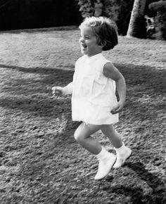 Caroline Kennedy plays on the lawn of her grandparents' Palm Beach home, 1960 Los Kennedy, Caroline Kennedy, Sweet Caroline, Edwin Schlossberg, Jfk Quotes, Familia Kennedy, Carolyn Bessette Kennedy, John Junior