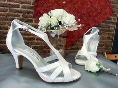 Preciosas sandalias en blanco roto, cuyo modelo es muy demandado.