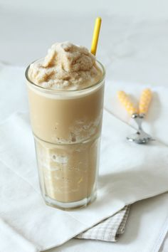Creamy Coffee Milkshake is creamy, sweet, and boozy. Mix this adult cocktail up in minutes and enjoy this refreshing treat! Detox Juice Cleanse, Smoothie Detox, Liver Detox, Smoothie King, Detox Soup, Milk Shakes, Keto Shakes, Protein Shakes, Starbucks Smoothie