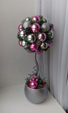 Topiary Learn how to make a beautiful Christmas topiary with spheres ~ lodijoella - Christmas Topiary, Christmas Centerpieces, Christmas Balls, Xmas Decorations, Christmas Projects, Christmas Home, Christmas Wreaths, Christmas Ornaments, Ball Ornaments