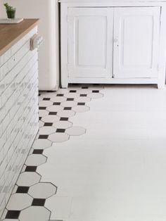 Unión entre el suelo de baldosa en mosaico de la cocina y la madera