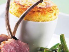 Probieren Sie das Jarlsberg Kartoffel-Soufflé mit Lammkoteletts und Salat aus grünen Bohnen
