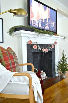A festive and easy DIY Christmas banner using wood slices and red and black chalkboard paint. http://www.chatfieldcourt.com