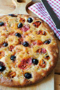 ffocaccia barese con pomoforini e olive ocaccia barese con pomodorini e olive